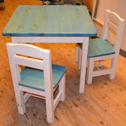 Lastelaud ja 2 väikest tooli (valget värvi raam, sinise tooni laua- ja isteplaat)